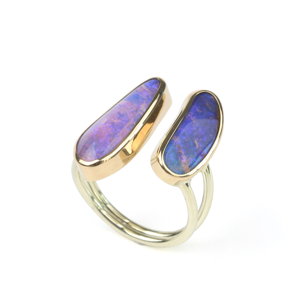 Ring made of yellow gold and Boulder opal