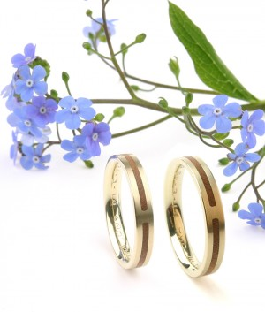 Wedding bands in yellow gold and wood