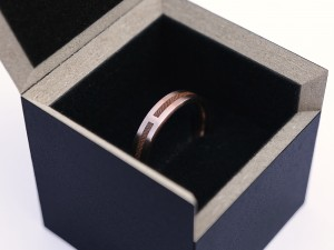 Wedding rings in red gold with wood