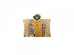 Wide ring of 24 karat gold and emerald