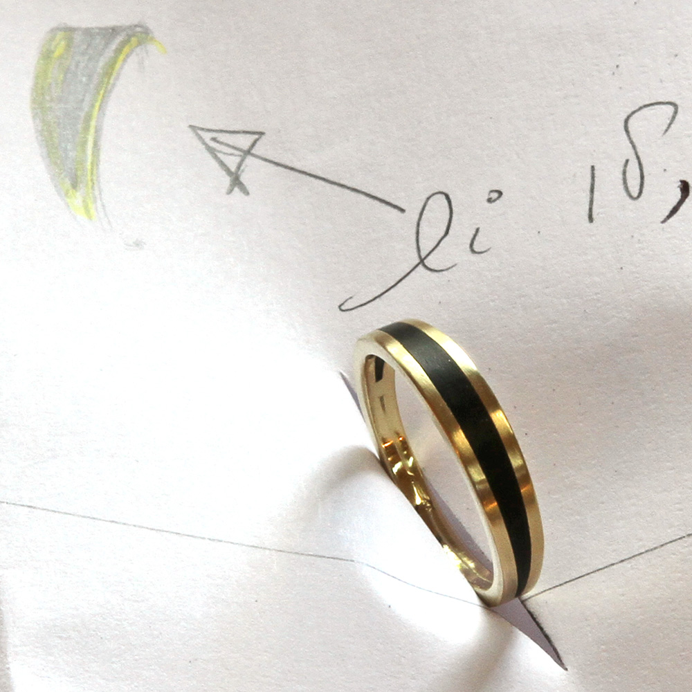 Ring made of gols and ebony wood