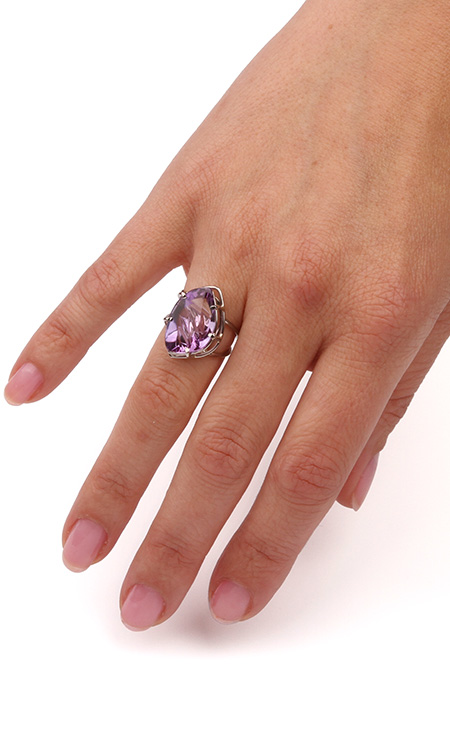 Ring made of white gold and Amethyst