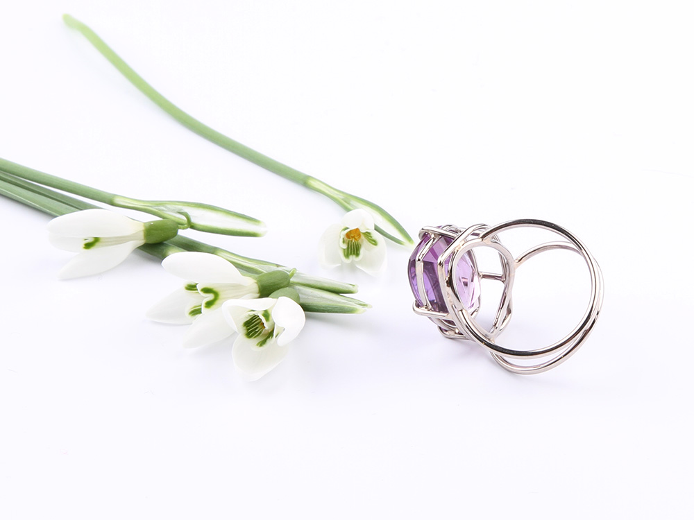 Ring in white gold and amethyst