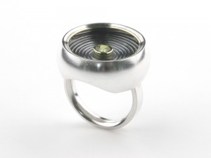 Large ring in silver and peridot