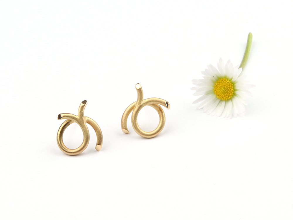 Small round earrings made of gold
