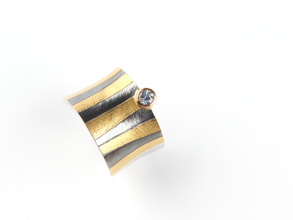 Tutanchamon ring with a light blue sapphire