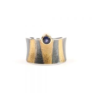 Tutanchamon ring with a deep blue sapphire