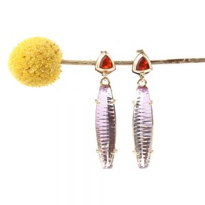 Long earrings made of gold, amethyst and fire opal