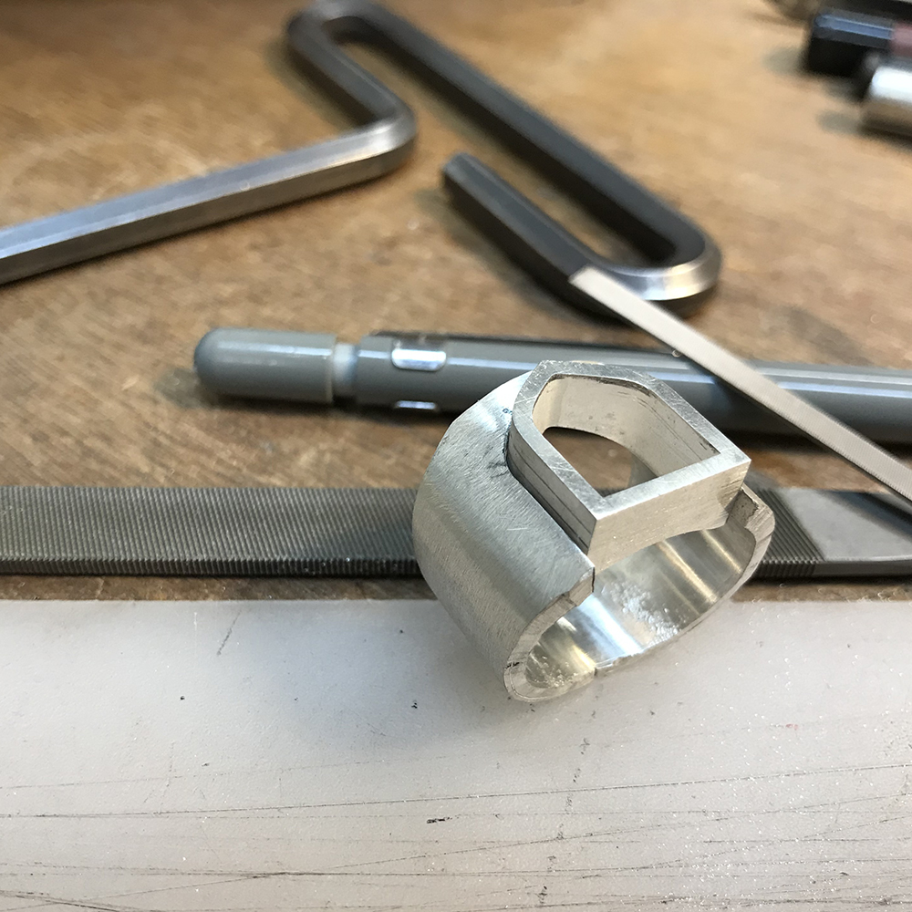 Making a signet ring in white gold