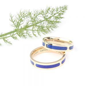 Wedding rings in gold with lapis lazuli